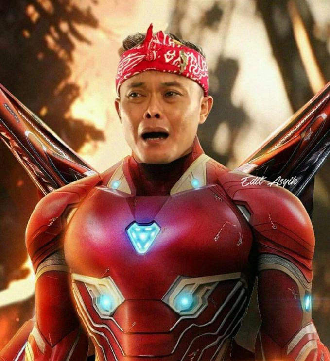 Si Sule sepertinya nggak bahagia banget pakai kostum Iron Man. Mungkin karena berat kali ya Pulsker. Duh, bukannya keren malah kocak ya guys ngeliat para pelawak pakai kostum superhero kayak gini.