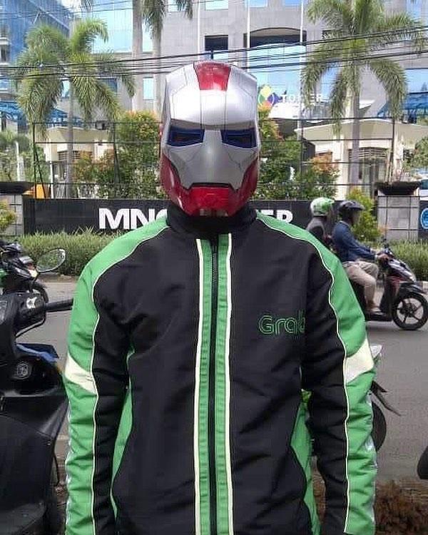 Pensiun dari superhero, Iron Man kini beralih jadi driver ojol.