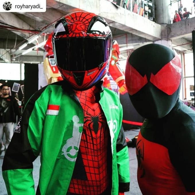 Begitu juga dengan si Spiderman nih Pulsker, mencoba peruntungan di jalur ojol.