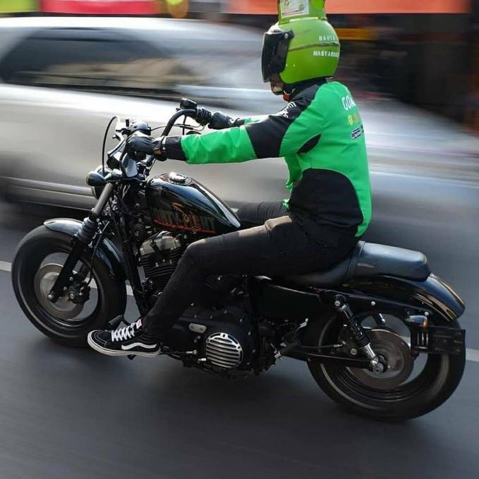 Nggak takut meledak tuh mas pakai helm tabung elpiji? Ada-ada aja nih aksi para driver ojek online pakai helm nggak lazim. (Sumber : Brilio.net).