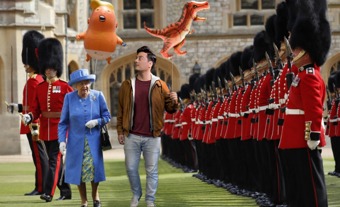 Hanya Jones nih sepertinya yang bisa ngajakin ratu Inggris bermain balon bersama dihadapan pasukan istana.