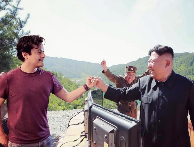 Kali ini doi nampak akrab banget sama Kim Jong Un. Mungkin mereka habis ngegame bareng tuh.