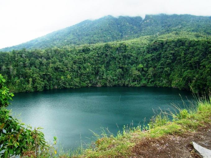 Danau Tolire Ternate Danau di kawasan Ternate ini mempunyai kisah yang sangat misterius dan legendaris. Banyak wisatawan yang datang dan melihat keindahan alamnya. Namun untuk menelusuri lebih lanjut konon danau ini adalahbsebuah kampung yang mengalami kutukan. Sosok siluman yang diduga buaya putih sepanjang 10 meter juga sering terlihat di sini.