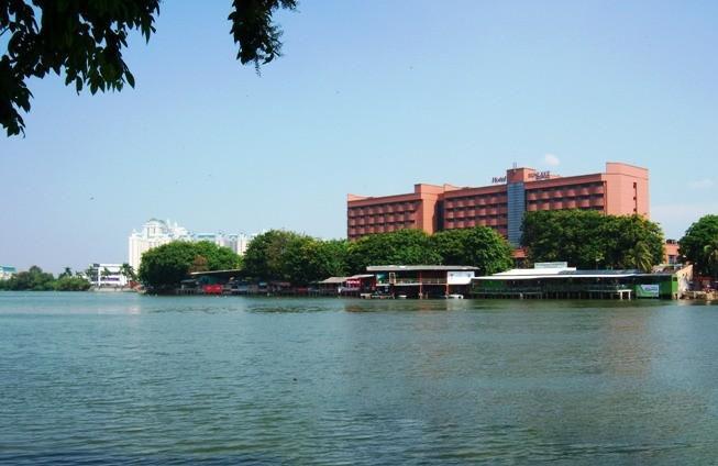 Danau Sunter Jakarta Meskipun tempatnya ada di kawasan Kakarta namun danau ini juga punya misteri. Sebelum kawasan ini banyak dibangun apartemen. Konon kawasan ini adalah sebuahbistana siluman buaya. Mitos ini yang menjadikan banyak terjadi korban tenggelam.