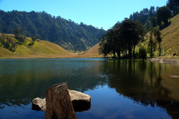 Danau Ranu Kumbolo, Malang Jawa Timur Danau yang satu ini tentu menjadi favorit para pendaki. Keindahan danau di balik tanjakan cinta ini mitosnya dihuni oleh seorang dewi. Di sinilah muncul larangan untuk tidak mengambil ikan yang ada di Danau Ranu Kumbolo.