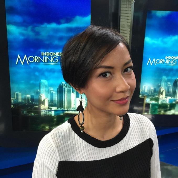 Shahnaz Soehartono Pembawa berita yang satu ini juga banyak diperbincangkan nih . Selain kecerdasannya membawakan berita kecantikannya yang eksotis juga membuat Shahnaz lebih menarik. Memulai karir sebagai model majalah wanita, kinOK Shahnaz lebih dikenal dengan News Anchor Indonesia.