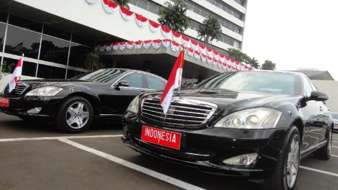 Mercedea-Benz S600 Pullman Guard-Jokowi Mobil mewah ini adalah mobil teraman di dunia yang memang digunakan oleh para pemimpin negara. Sama dengan S600 mobil ini juga mengantongi lisensi keamanan B6/B7. Nggak hanya memiliki body anti peluru tapi juga tahan terhadap ledakan. Mobil ini apabila bocor masih bisa teyap melaju sejauh 60 km. Demi keamanan sang presiden mobil ini juga dilengkapi oleh sistem pwmadam kebakaran yang mampu mengunci titik penyebaran api. Mobil ini juga dilengkapi sistem panic alarm system untuk msmberi tahu saat ada ancaman.