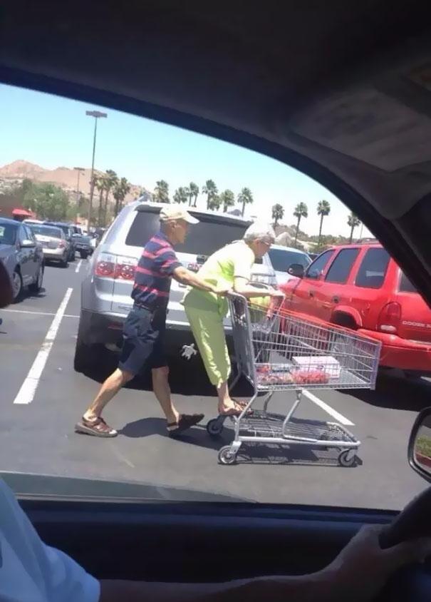Sepertinya si nenek masa kecilnya kurang bahagia deh Pulsker, sampai harus kayak gini di parkiran.