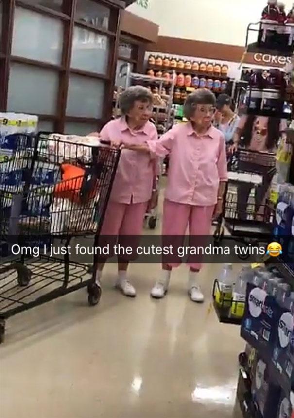 Nenek kembar ini tetap kompak kemanapun berada meski usia udah nggak lagi muda guys.