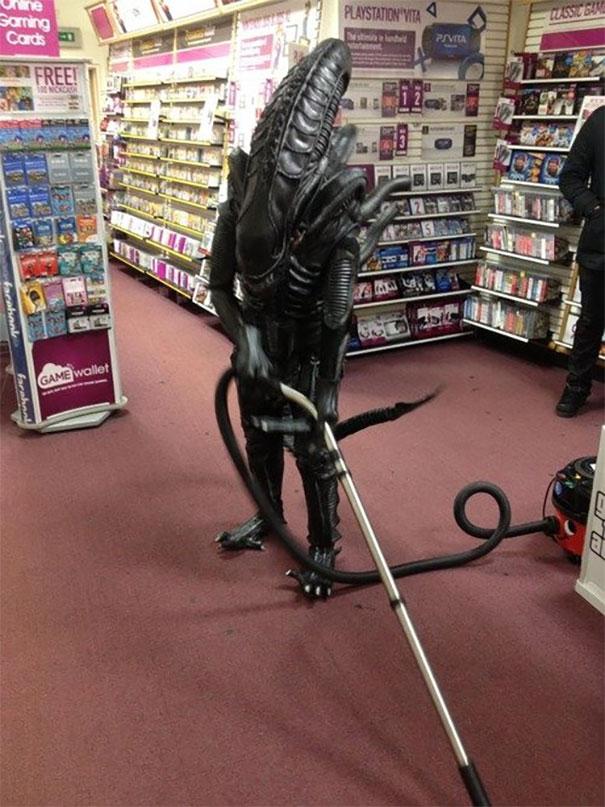 Ketika monster udah tobat dan menjalani kehidupan normal dengan menjadi cleaning service.