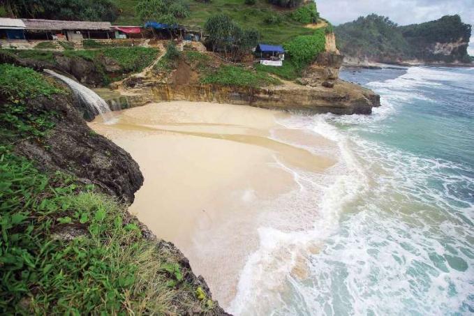 Pantai Banyutibo , Pacitan Jawa Timur Pantai Banyu Tibo terletak di Desa Widoro Kecamatan Donorejo. Pantai ini sesuai namanya Banyu Tibo(Air Jatuh)memiliki air terjun yang mengalir di atas tebing. Air inilah yang menyatu dengan ombak di sebuah teluk kecil.