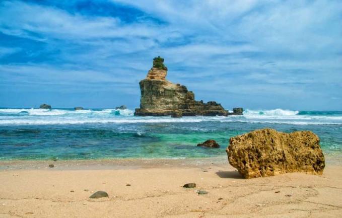 Pantai Buyutan, Pacitan Jawa Timur Pantai Buyutan terletak di Desa Widoro, Kecamatan Donorejo, Pacitan. Pantai yang indah ini disebut sebagai surga tersembunyi di Pacitan kerena lokasinya yang memang cukup jauh dari kota Pacitan.