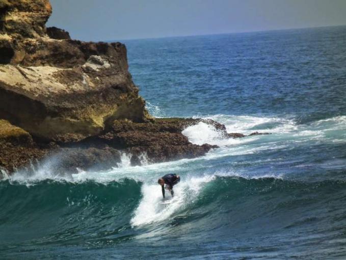Pantai Watukarung, Pacitan, Jawa Timur Pantai inin terletak di Desa Watukarung, Kecamatan Pringkuku, Kabupaten Pacitan. Pantai ini biasanya digunakan untuk surfing karena ombaknya yang tinggi. Ada karang karang yang besar dan lautan yang berwarna biru kehijauan. Pasir putih yang lembut yang pastinya akan membuat penatmu hilang seketika. Namun untuk menempuh salah satu surga Pacitan ini kamu harus menempuh perjalanan yang cukup sulit.