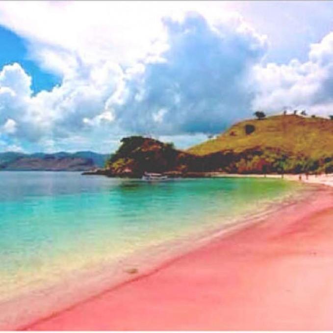 Pantai Tiga Warna, Malang Pantai ini terletak di desa Tambakrejo, Kabupaten Malng. Dan berada satu kawasan dengan pantai Sendang Biru. Kamu bisa melakukan Snorkling dan melihat terumbu karang alami yang indah.