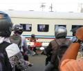 Deretan Kelakuan Emak-Emak di Rel Kereta Ini Greget Banget