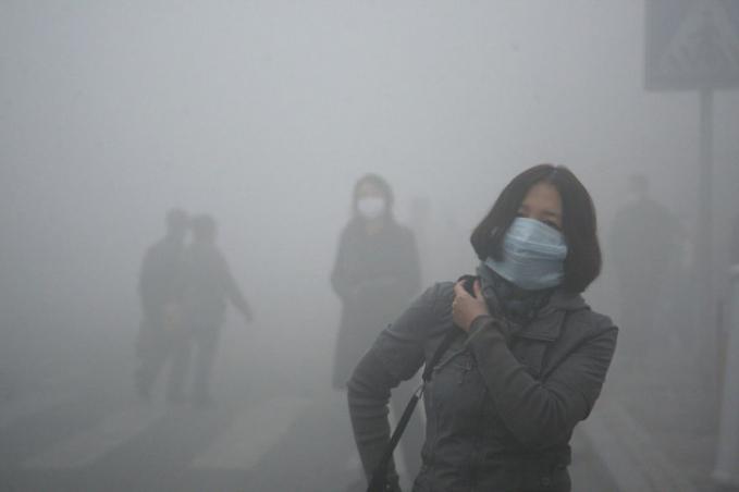 Potret menyedihkan ini diambil di sebuah kota di China Utara di mana tingkat pencemaran udara nya naik 40 kali lebih tinggi dari standar keamanan internasional.