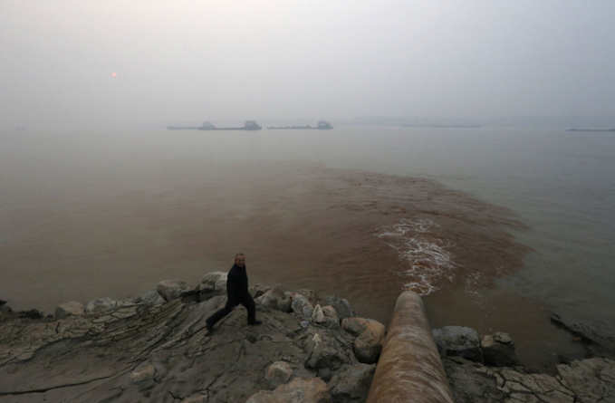 Ini adalah potret dari Sungai Yang Tse di mana pembuangan limbah air dilakukan oleh pabrik kertas di Anqinh provinsi Anhui. Dalam beberapa waktu, polusi air juga menjadi perhatian utama bagi negara Cina.