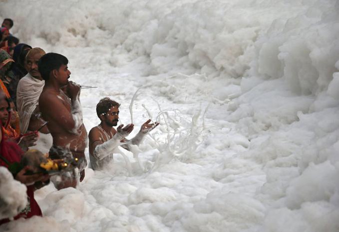 Karena sudah tercemar sangat parah sungai Yamuna mulai menghasilkan busa tebal.