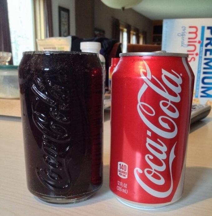 Coca cola dan gelas yang sandingkan ini seperti pasangan serasi.