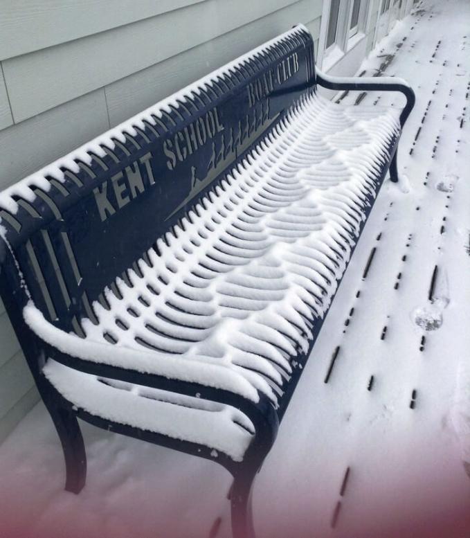Indah banget kan bekas salju yang ada di kursi ini?