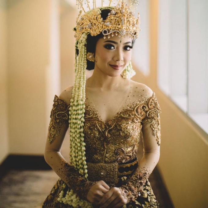 Karina Salim juga nggak kalah kece dengan kebaya adat Sunda warna cokelat.