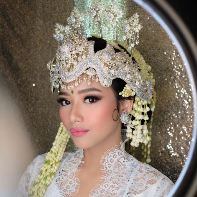 Adzana Bing Slamet yang baru saja menikah dengan Rizky Alatas juga menggunakan Siger khas Sunda. Bubah Alfian semakin membuat riasan Adzana semakin cantik dan manglingi.