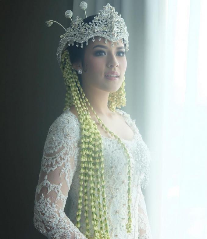 Raisa Andriana yang bak ratu sejagad, dan memang pada dasarnya sudah cantik tambah tak terkira kecantikannya dengan busana adat Sunda.