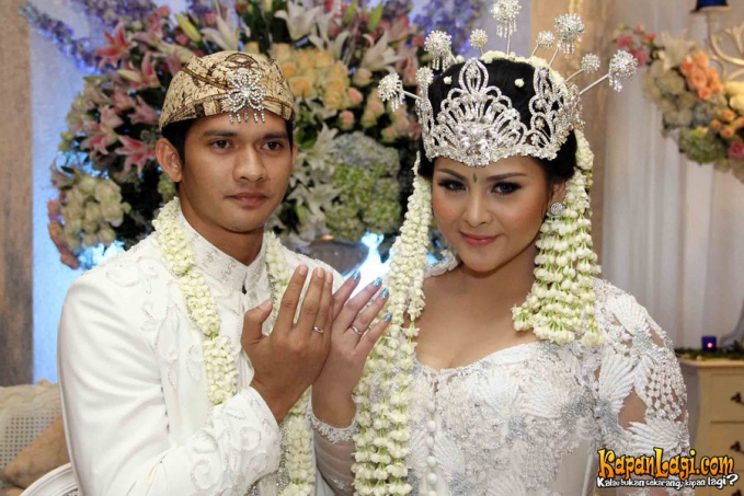 Audy Item Dengan kebaya warna putih dan siger khas Sunda.