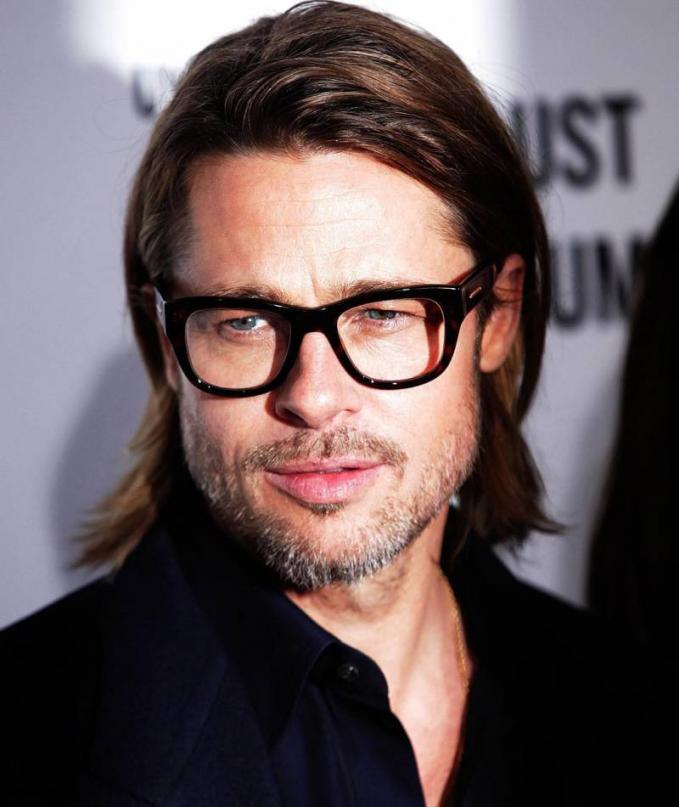 Brad Pitt Dari Hollywood juga ada selebriti setengah abad yang masih tetep ganteng abis dan caranya memandang itu lho bikin kita terhipnotis nggak mau tersadar rasanya.