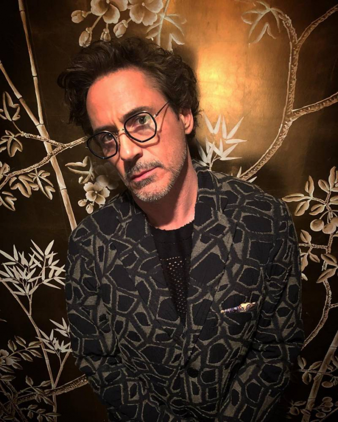 Robert Downey Jr. Kalau dilihat dari perannya di Iron Man dan juga Avanger, kita nggak bakalan percaya kalau seleb yang satu ini berusia lebih dari 50 tahun. Masih cakep bingit.