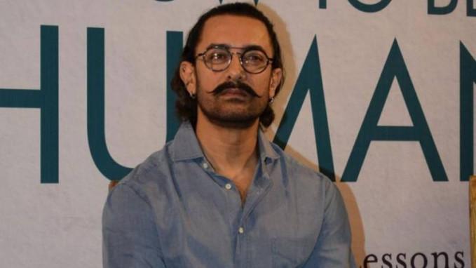 Aamir Khan Cowok ganteng ini juga nggak kalah hit dengan Shakhrukh Khan, ada yang ganteng satu lagin Aamir Khan udah ganteng badannya kekar lagi. Aaahhh jadOK pengen pingsan di pelukannya.