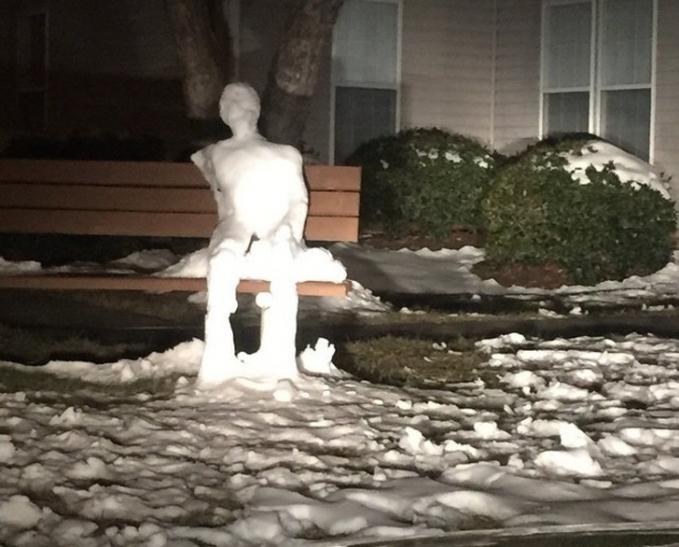 Patung es berbentuk manusia ini kalau diliatin lama-lama nyeremin juga lho gengs. Hmm, serem juga ya Pulsker foto-fotonya apalagi ngeliatnya di kamar sendirian pas malam hari. Pasti makin berasa horornya