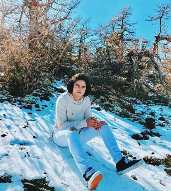 Dengan salju di sekitarnya juga dengan hoodie dan celana sobek lutut tetep aja Ali cakep banget.