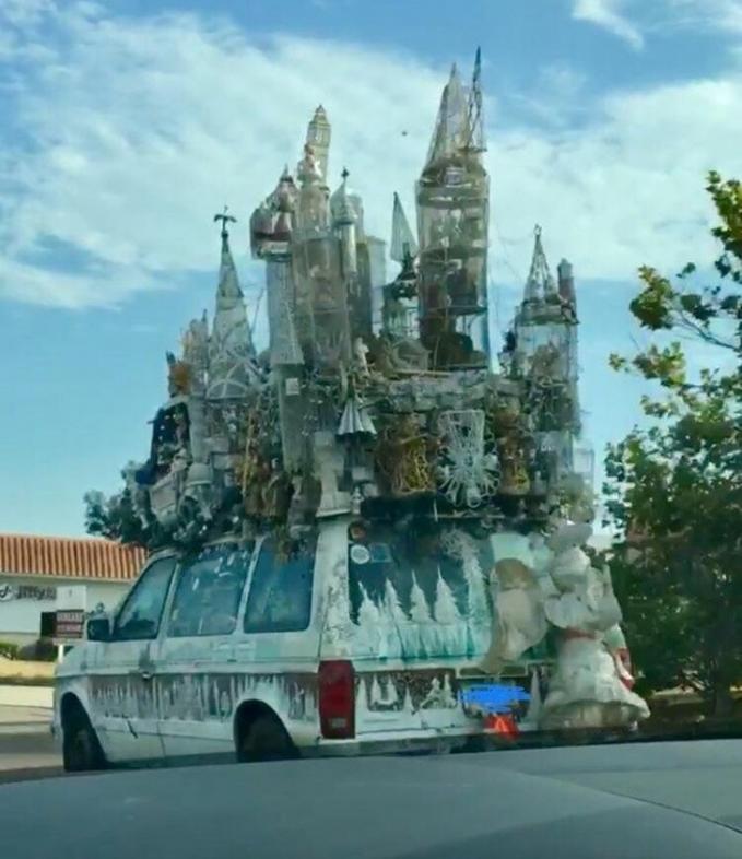Wah, ada yang lagi pindah istana nih sepertinya.
