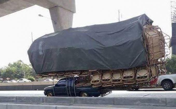 Mobil aslinya sampai nggak terlihat lho gengs, dan ini bisa membahayakan pengendara lainnya.