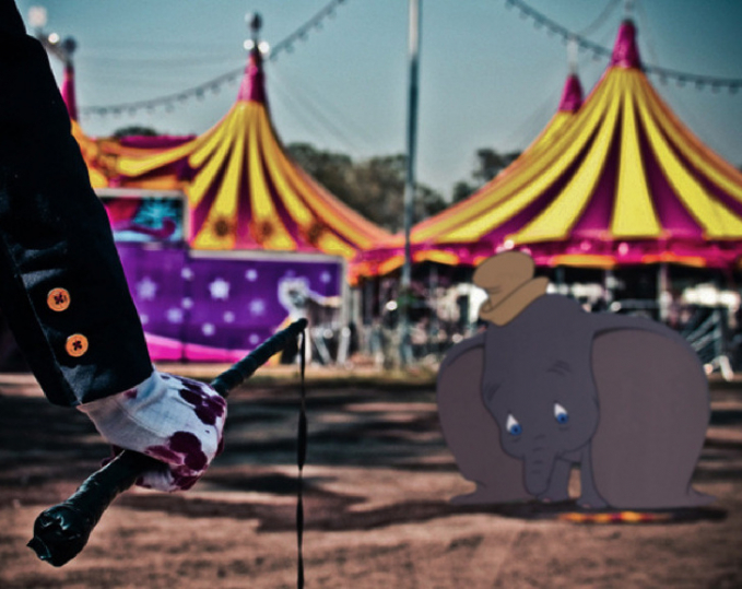 Dumbo yang lucu dan biasa hidup bebas bersama teman-temannya, dipaksa untuk ikut pertunjukan sirkus.