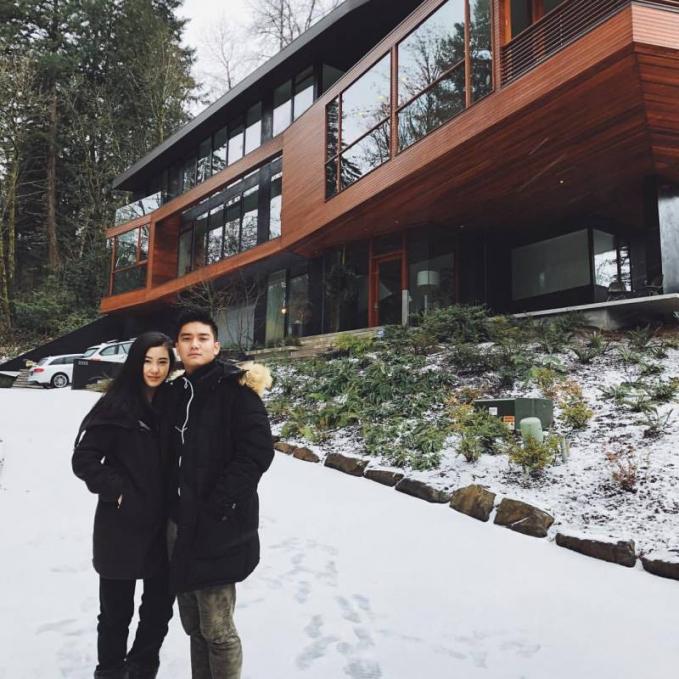 Moment yang tak kalah romantis menghabiskan musim salju bersama. Suasana yang dingin membuat liburan musim dingin menjadi lebih romantis.