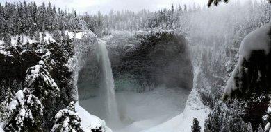 Helmcken Helmcken Falls berlokasi di Kanada. Air terjun terbesar keempat di Kanada ini ketika musim dingin akan memikat mata dengan gagahnya dengan deburan air diantara dinding batu yang serba putih. Dinding batu ini sering dimanfaatkan para pecinta olah raga ekstrem untuk panjat es.