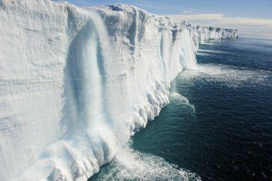 Svalbard Air terjun ini terletak di sebelah utara Nore wegia. Lokasinya unik yakni langsung berimpitan dengan Samudera Arktik. Menjadi satu satunya air terjun yang langsung jatuh di lautan. Svalbard bermakna tebing beku. Sama seperti namanya ketika musim dingin tampak tertutup salju kokoh yang super mempesona.