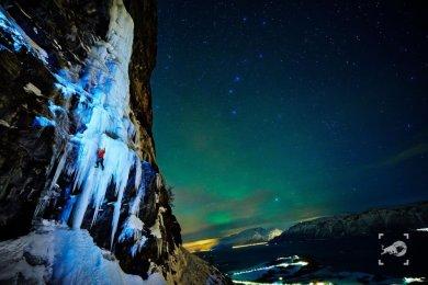 Lyngen Air terjun ini terletak din lingkaran Arktik Norwegia. Ketika musim dingin air terjun membeku. Aliran air tergantikan dengan es super keren. Jika difoto dengan background langit Norwegia yang indah tambah memukau deh pemandangannya.