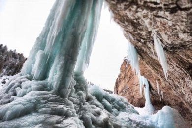 Rifle Air terjun menawan ini terletak di Colorado, Amerika Serikat. Air terjun yang digunakan sebagai tempat camping ini tampak indah dan hijau ketika musim panas dan berubah putih menakjubkan ketika musim dingin. Dinding dindingnya yang mrmbeku sering digunakan sebagai tempat panjat es.