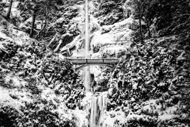 Multnomah Air terjun ini terletak di Oregon, Amerika Serikat. Air dari sungai Kolombia jatuh begitu indahnya di air terjun Multnomah. Ketika musim dingin seluruh area air terjun tertutup salju dan air membeku.
