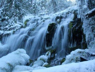 Proxi Air terjun ini berlokasi di Oregon Amerika Serikat. Setiap Juni hingga November air terjun ini dipenuhi salju. Merubah panorama rindang menjadi putih