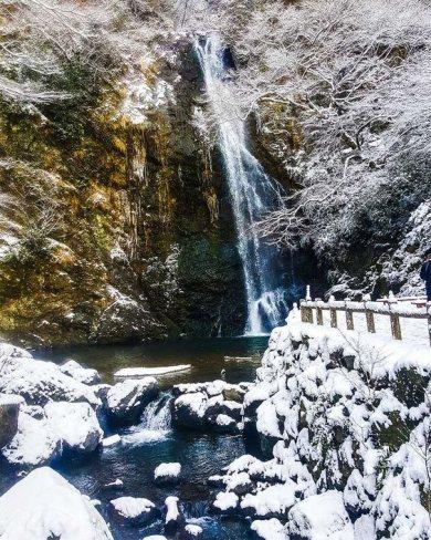 Minoh Air terjun ini berlokasi di Osaka Jepang. Ketika cuaca cerah, daun maples menghiasi sekitar air terjun ini. Ketika masuk musim dingin air terjun ini digantikan oleh putih dan lembutnya salju.