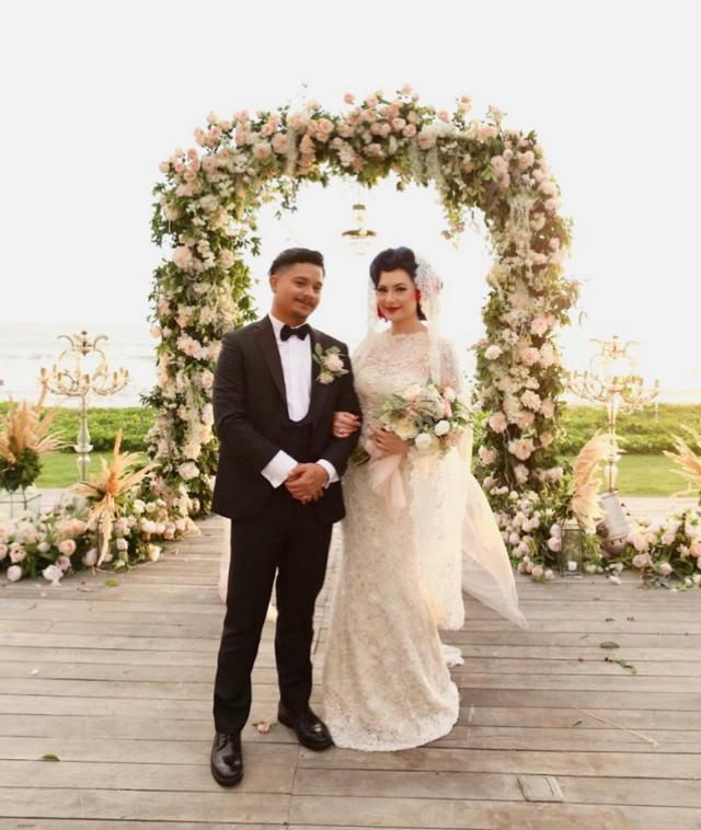 Derby Romero dan Claudia Ayunda Menikah tahun 2017, dan postur tubuh sang istri lebih tinggi malah membuat penampilan mereka selalu mesra.