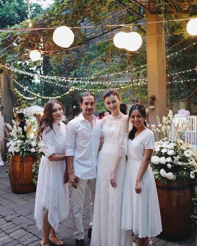 Edward Akbar dan Kimberly Rider Pasangan yang baru menikah ini terlihat sangat romantis meski sang istri lebih tinggi.