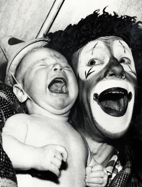 Sukses nih bikin bayi nangis, bukannya senang atau ketawa. Tuh kan, nggak jadi lucu malah nyeremin kan badut-badutnya Pulsker?