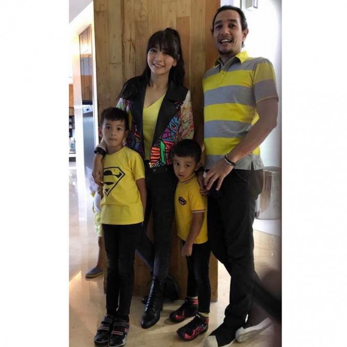 Dengan balutan outfit warna kuning mereka terlihat kompak dan casual.