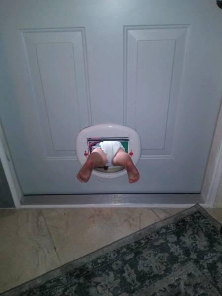 Ini kenapa anak yang baru bisa merangkak harus selalu dalam pengawasan orang tua.