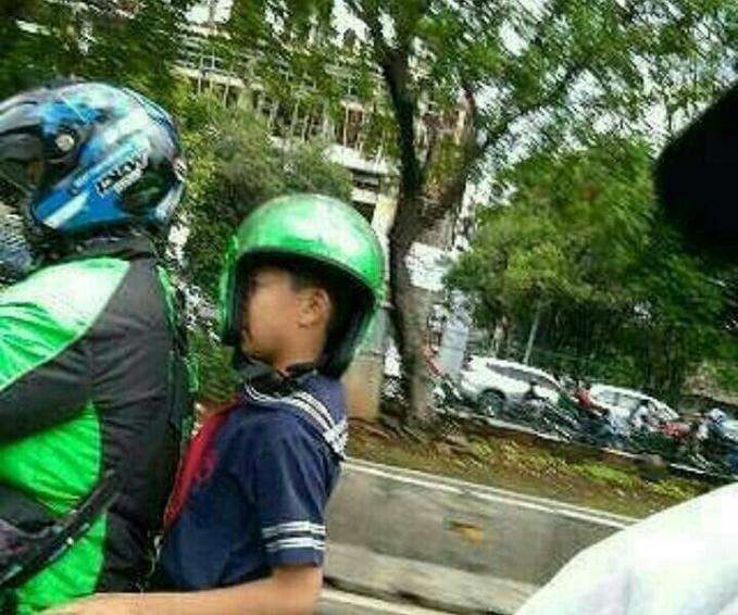 Lagi apes banget deh si adeknya gengs, niatnya sih biar safety riding sama abang driver ojolnya eh malah jadi begini.